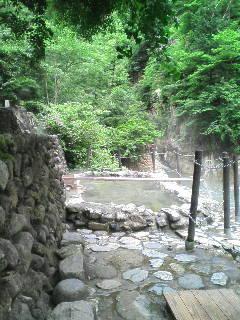 大迫力!滝を独占の絶壁露天風呂