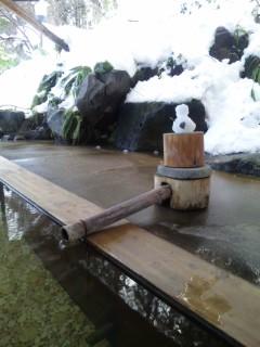 雪をふみしめて、露天風呂へ…。