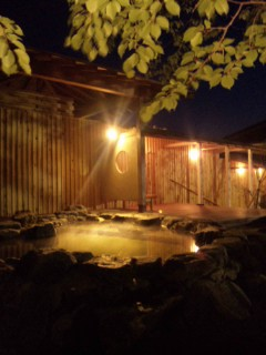 うっとり…美し過ぎる露天風呂と天から降り注ぐ源泉ミスト。夢心地の温泉がまもなくオープン♪