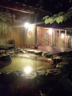 とろとろ、つるんつるんのアルカリ性単純温泉。湯面の水鏡に夜の森が映る癒しの源泉かけ流し@おとぎの宿米屋