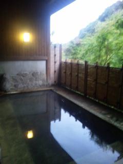 峨々たる岩を眺めて執筆。峩々たる温泉に入って、脱力。