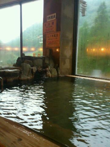 龍神村にきております。龍神温泉元湯は、内湯と露天風呂。ぬるぬるツルツルの純重曹泉。源泉が二本あり、昔からの自噴泉と、ボーリング泉を、別々の湯船にかけ流し。こういうこだわりが、ちょっとうれしい♪