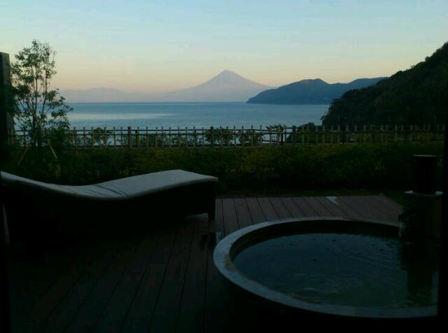 茜色の富士山と大海原でめざめる温泉