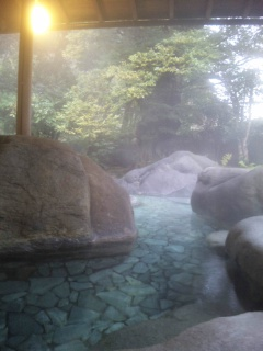 朝もやの露天風呂