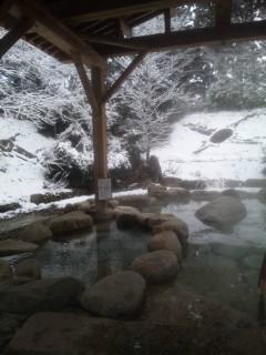 雪景色でも、温泉はホカホカです。